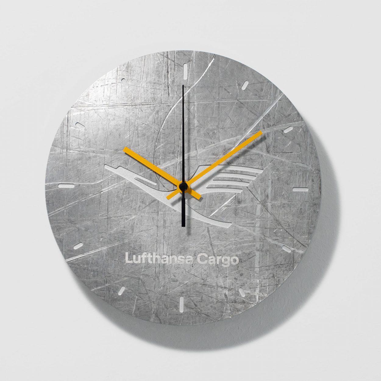 Lufthansa Cargo Wanduhr aus upcycling Luftfahrt Aluminium - Design IRED